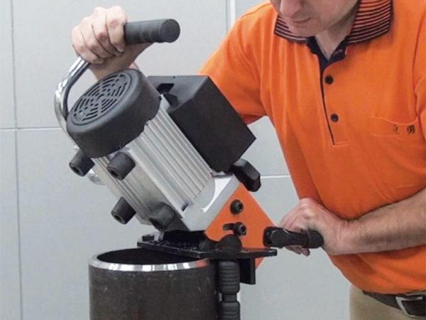 Úkosovačka na kovové desky a trubky EB24R